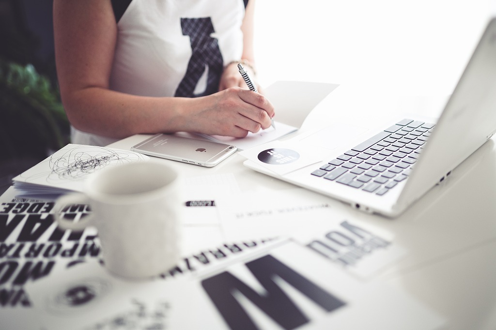 s-kaboompics.com_Office Space- Woman writing